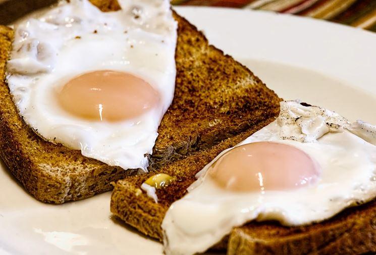 Fette biscottate con uova