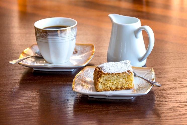 Fetta di torta con caffè