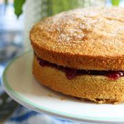 Gli ingredienti per la torta senza glutine e lattosio.