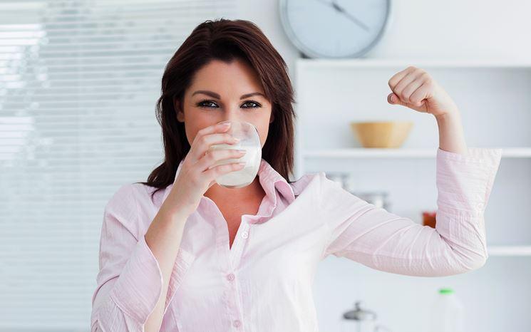 Donna che beve latte
