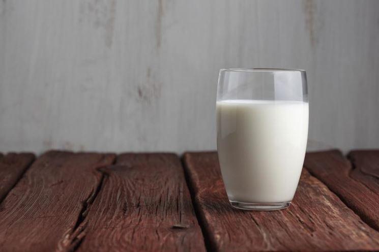 Latte di bufala in un bicchiere