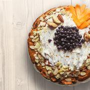 Torta con frutta fresca e frutta secca