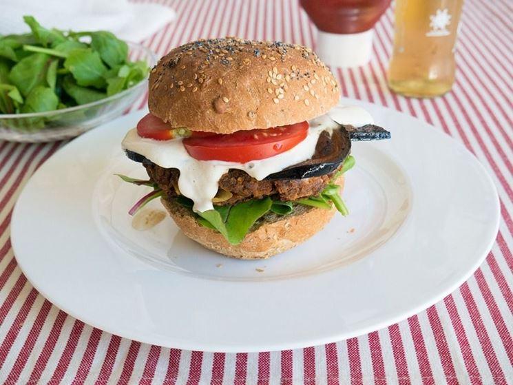 Hamburger di melanzane con pomodori e maionese
