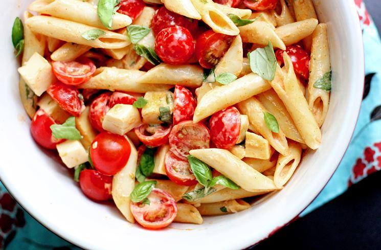 Pasta con pomodorini, mozzarella e basilico